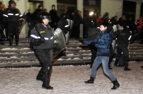Женщина-милиционер бьет девушку на акции - фото