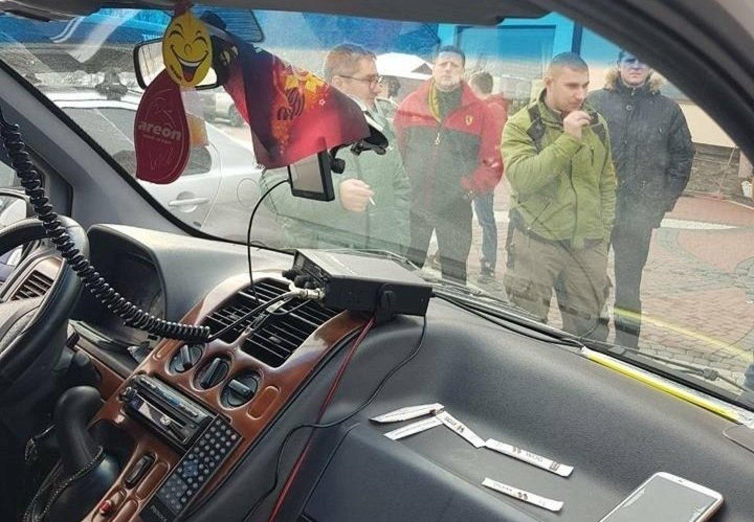 На «Буковеле» наказали белорусских туристов из-за георгиевской ленты намашине