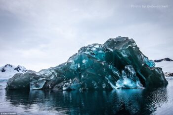 Сфотографировано редкое явление — перевернутый айсберг