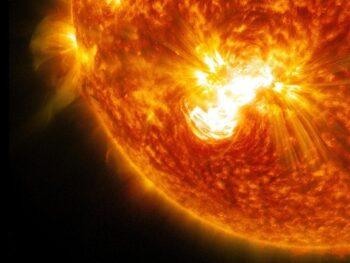 Большое пятно на Солнце уже несёт большие проблемы к Земле