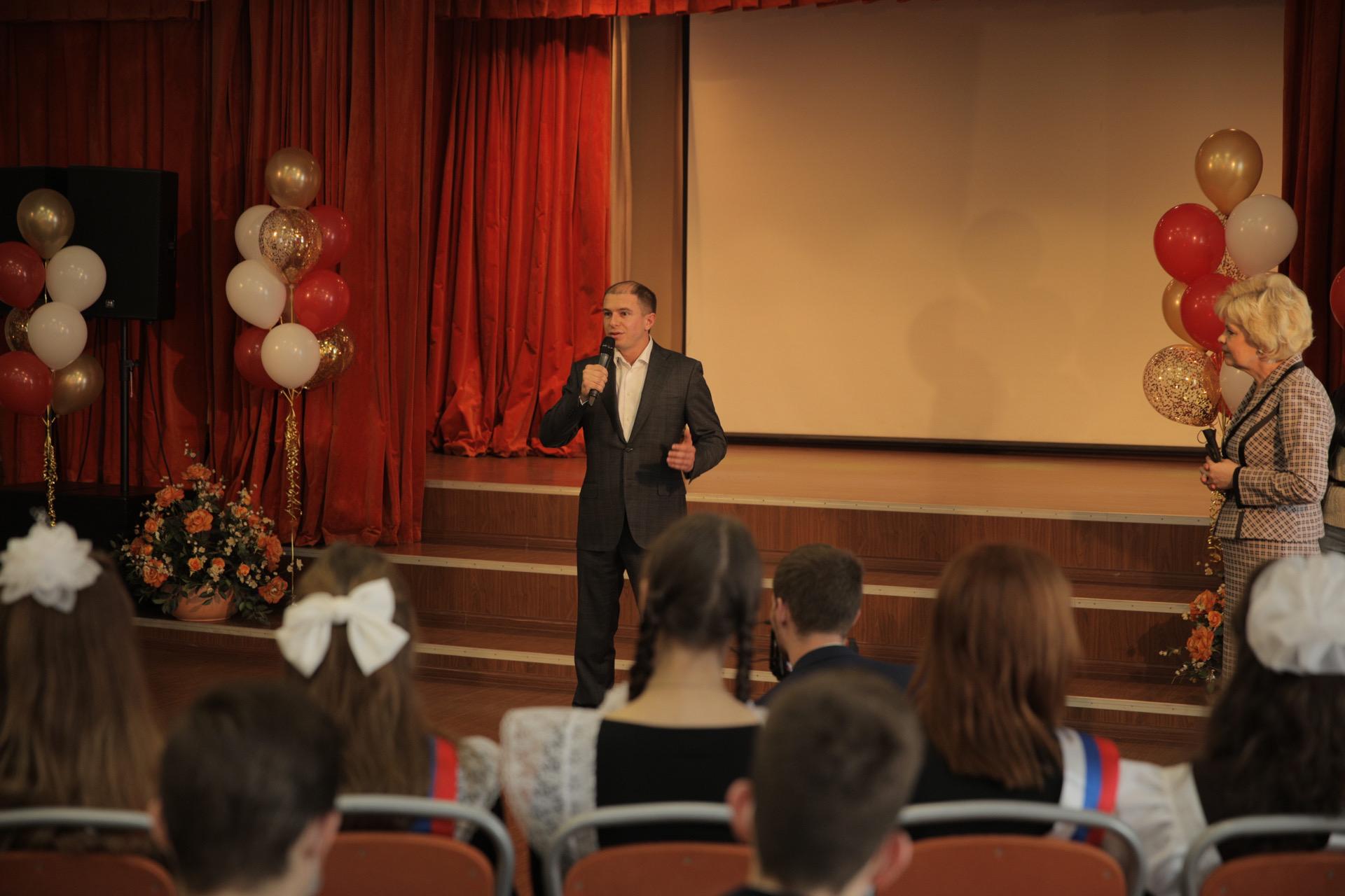 Михаил Романов поздравил выпускников 2021 года ГБОУ СОШ №328 с углублённым изучением английского языка Невского района Санкт-Петербурга с последним звонком