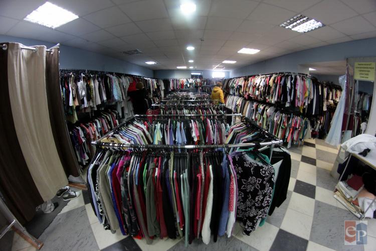 Для людей же с невысоким достатком секонд-хенд — это не только возможность  одеться модно или стильно, но и просто возможность одеться. f00b1c9cc59