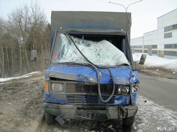 Упавшая с фуры глыба льда уложила водителя другого грузовика в больницу