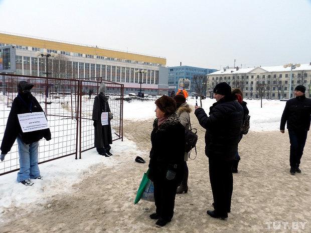 """В Минске выставили чучела, изображающие """"белорусских безработных"""""""