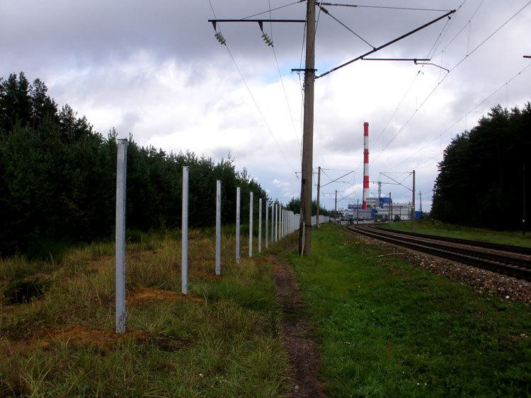 Ограждения вдоль железнодорожного полотна установили в Печах. Фото