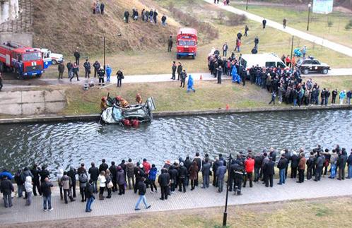 Машина упала в реку с высоты примерно 20 метров.