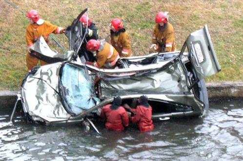 Погибшую женщину из воды доставали водолазы.