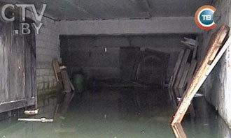 На фото: затопленный гараж