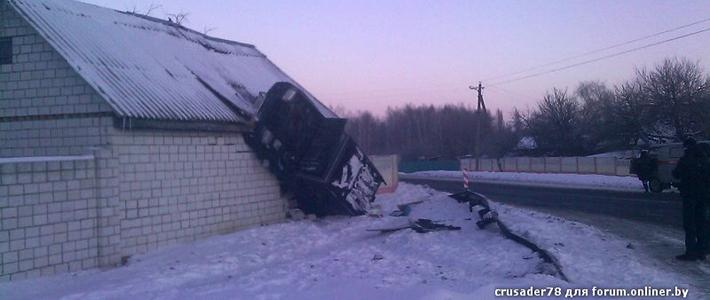 На въезде в Гомель пьяный водитель внедорожника врезался в стену постройки