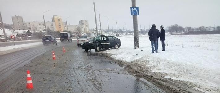 Гродно: служебный ВАЗ вылетел на тротуар и врезался в столб
