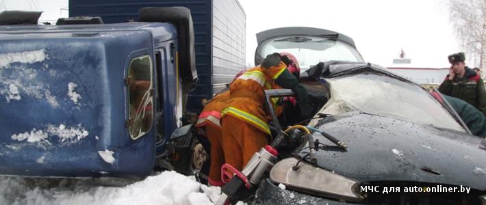 Борисов: неопытная водитель Ford Mondeo не справилась с управлением и машина попала под фуру — погиб пассажир