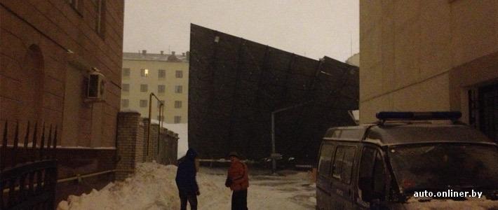 Рядом с гостиницей «Минск» обвалилась крыша паркинга, повреждены десятки автомобилей (будет дополнено)