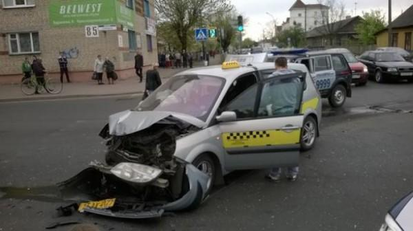 """В Барановичах милицейская """"Нива"""" ехала на красный и столкнулась с такси"""