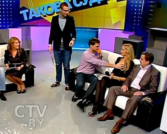 Белорусская телеведущая разрешила потрогать ее бюст во время эфира - фото