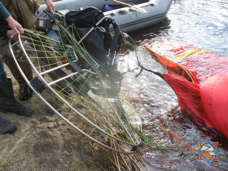 Парапланерист упал в озеро в Пуховичском районе - фото