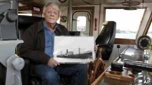 Грег Брукс демонстрирует рисунок затонувшего британского торгового судна