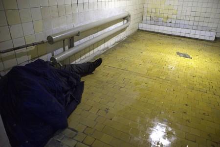 Бомж спит в одной из общественных уборных Витебска. Фото Сергея Серебро