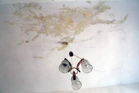 Обвалившуюся крышу залатали полиэтиленом. Фото Сергея Серебро
