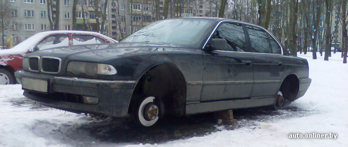 Минск: ночью во дворе «разули» BMW 7-Series