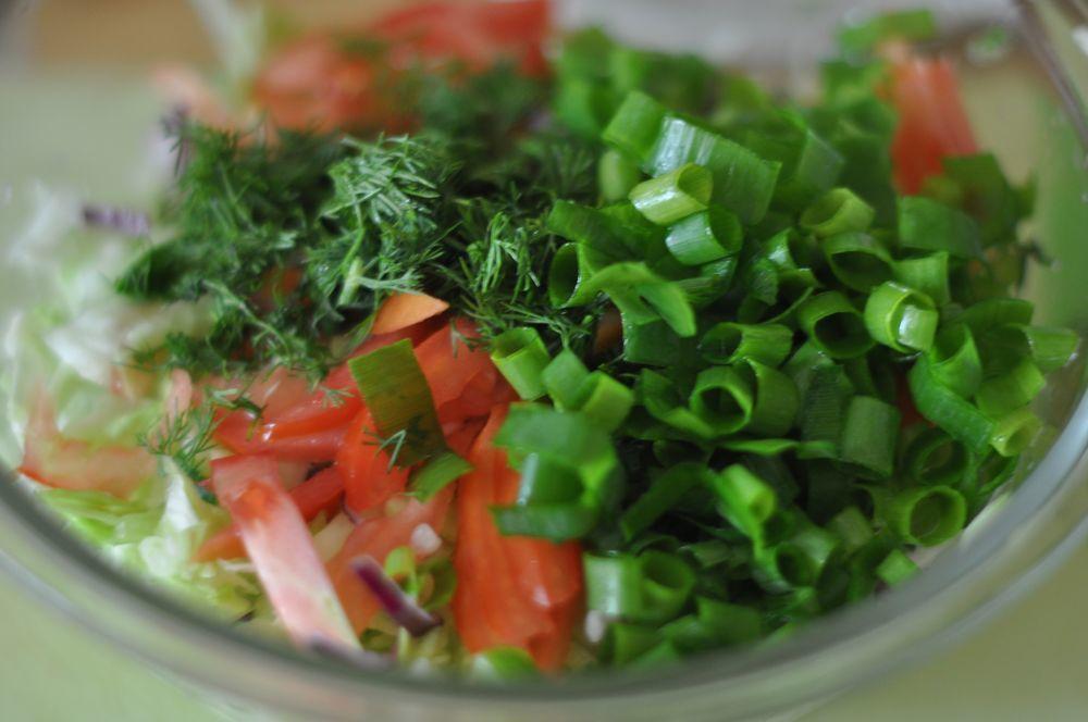 Рецепт салата из зеленых помидор, представленный ниже, необычен тем, что наряду с традиционными продуктами в него еще добавлен корень сельдерея.
