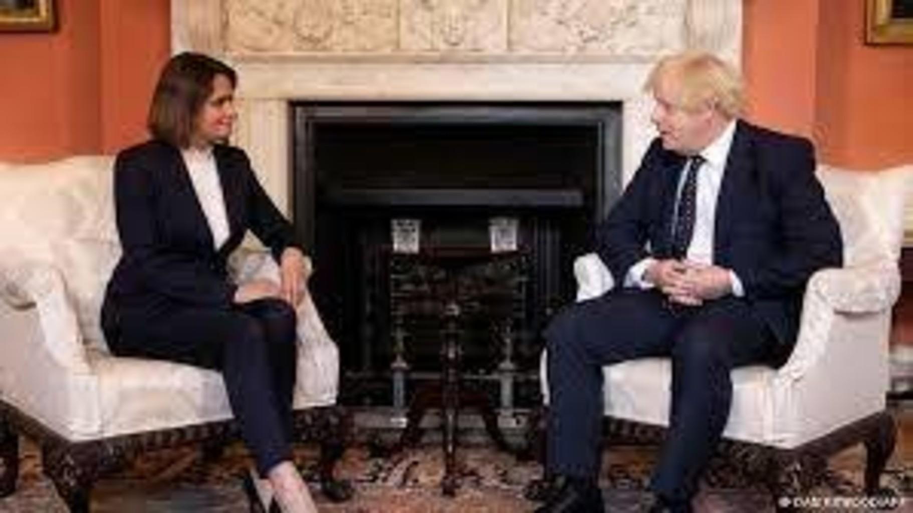 «На фото есть человек в позе домохозяйки». Тихановская в Лондоне, Лукашенко в Сочи (фотосравнение)