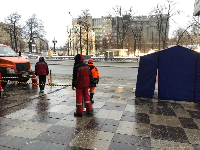 В Москве на Пушкинской площади, где должна пройти акция за Навального, начали перекладывать плитку