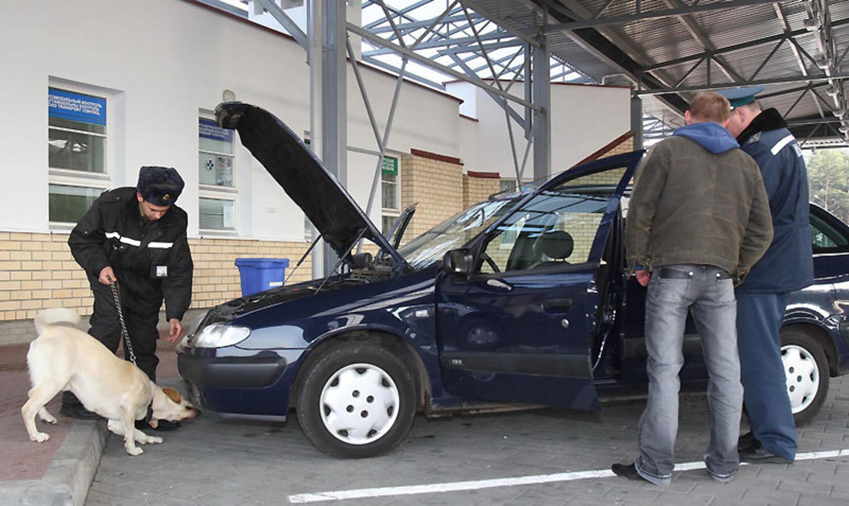 Таможенники фотографируют машины
