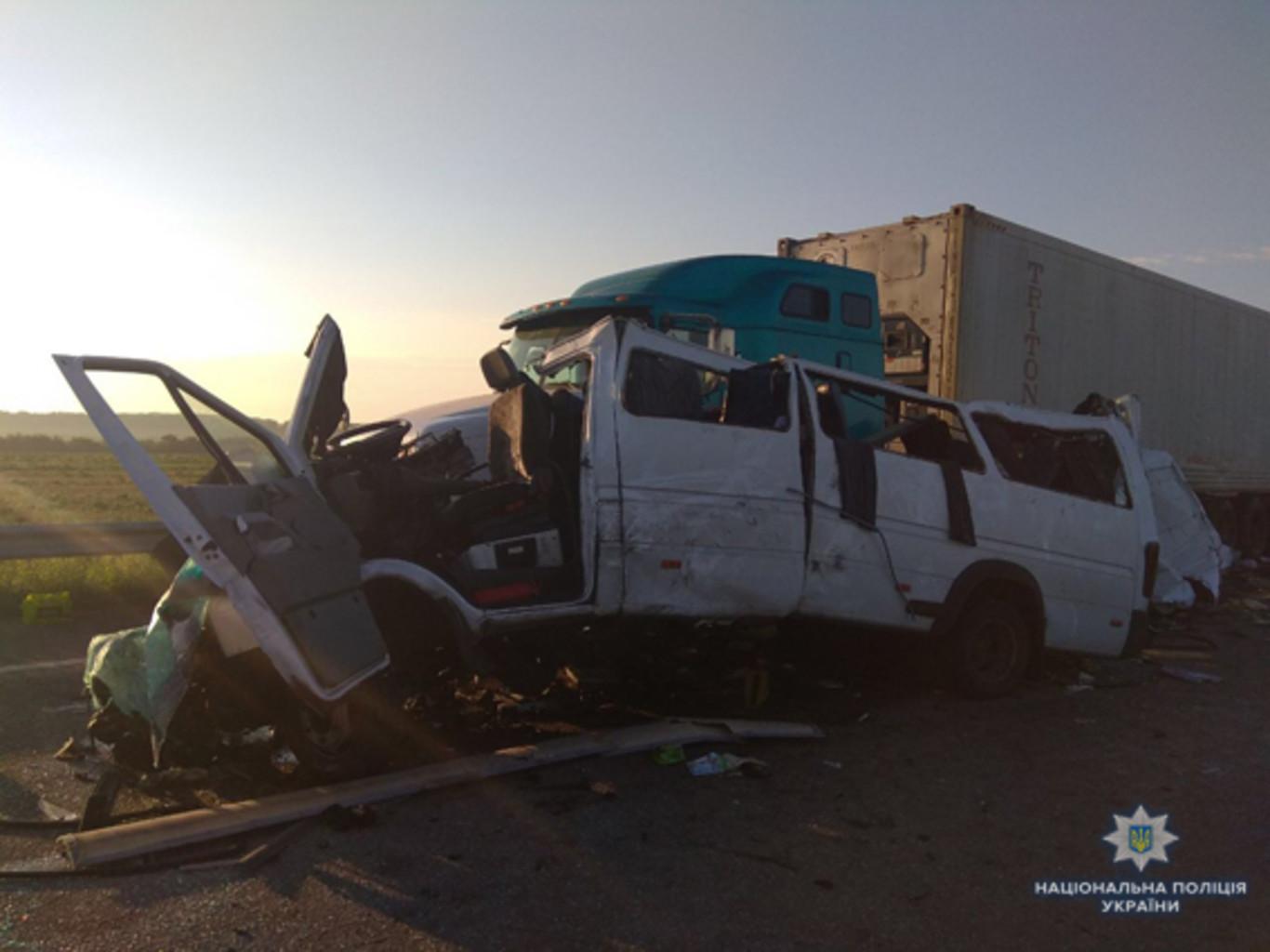 Жуткое ДТП наНиколаевщине: маршрутка протаранила грузовой автомобиль, погибли пятеро