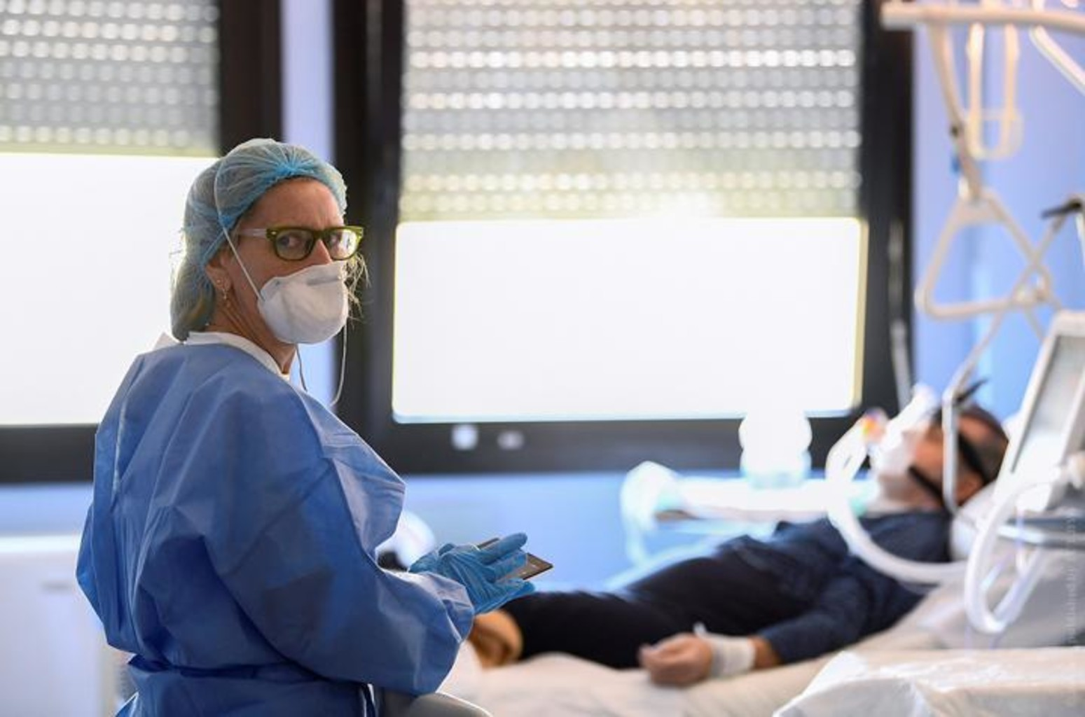 Medik maska koronavirus italiya pandemiya