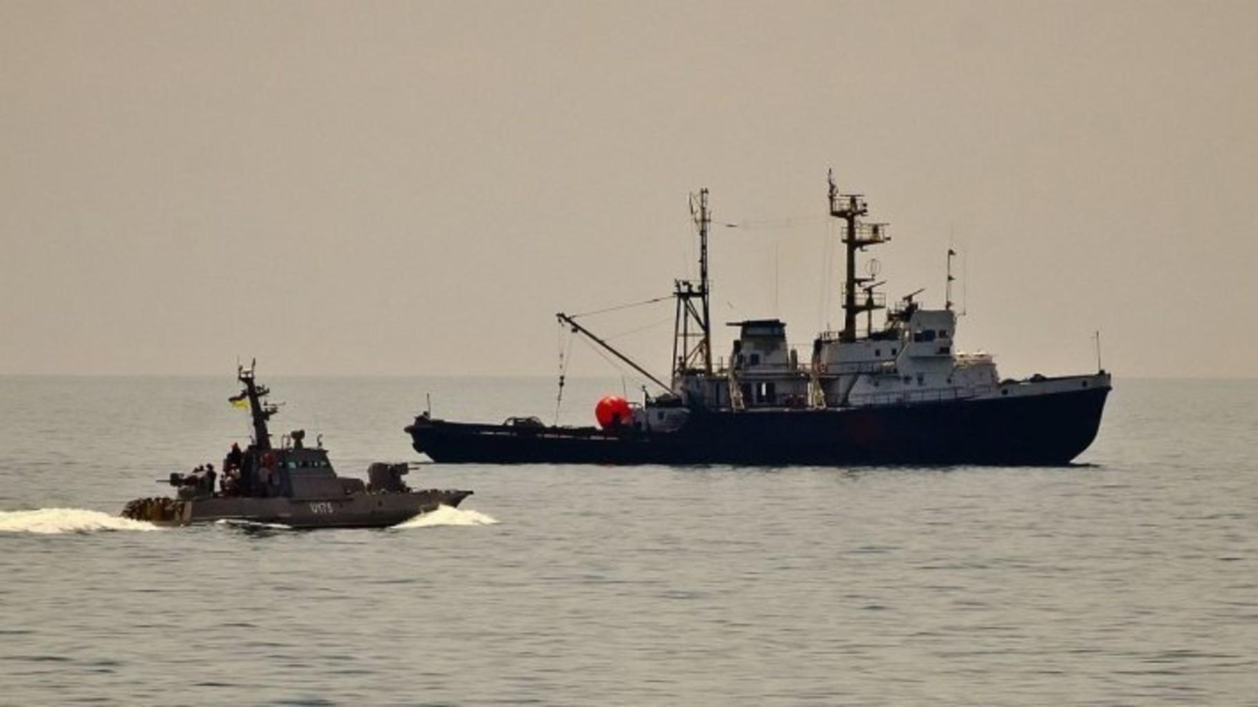 Появилось видео, как российский корабль таранит украинский буксир. Осторожно, ненормативная лексика!