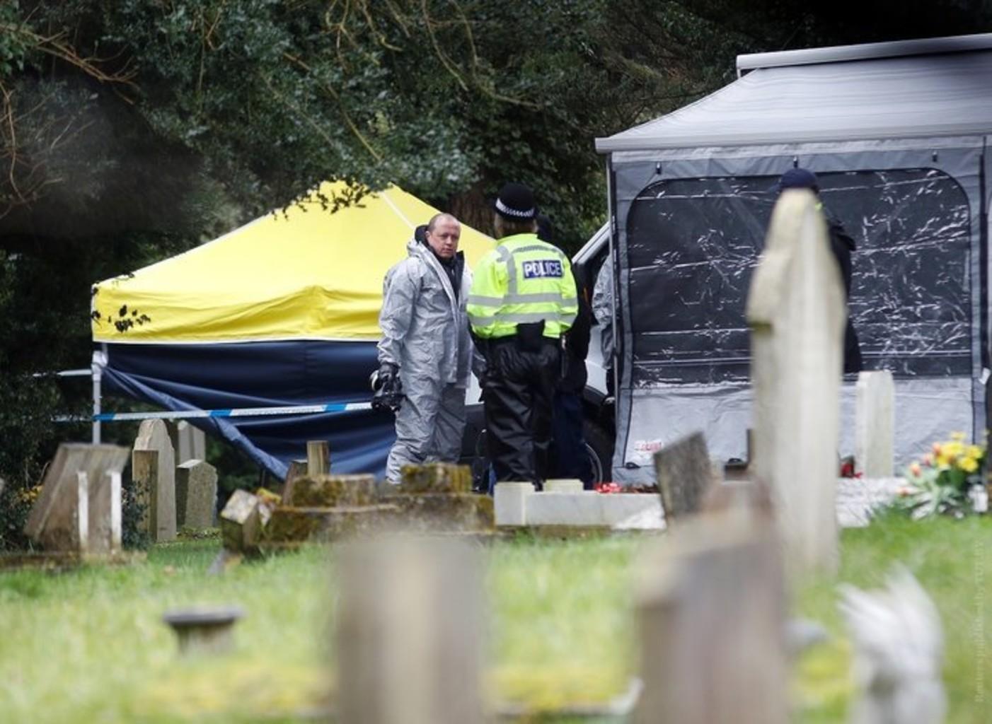 Полиция накрыла тентами и оцепила могилы жены и сына Скрипаля на местном кладбище. Фото: Reuters