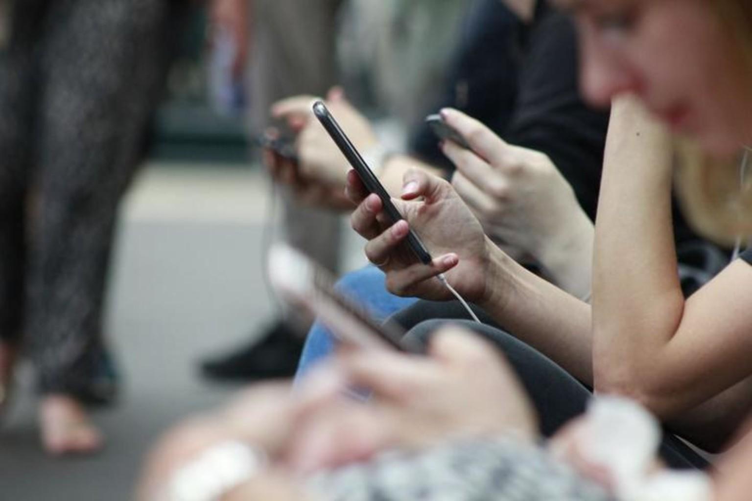 Smartfon lyudi mobilnyy telefon