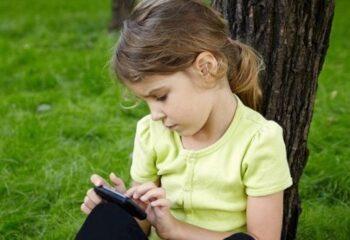 Дети взрослеют опасно быстро и виноваты в этом смартфоны и интернет