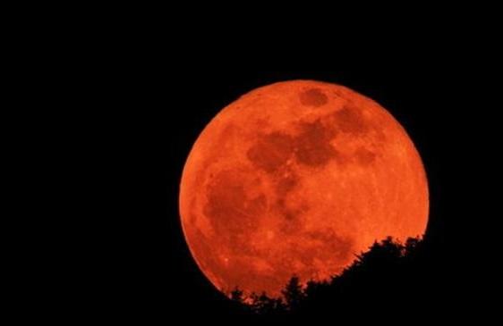 Жители Земли наблюдают Восход кровавой луны