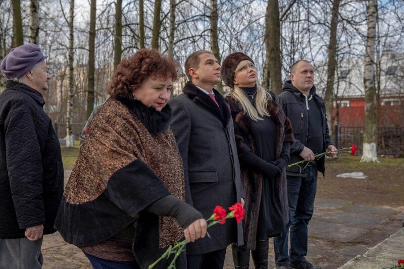 Внимание на неудовлетворительное состояние братской могилы в поселке Металлострой обратил Михаил Романов