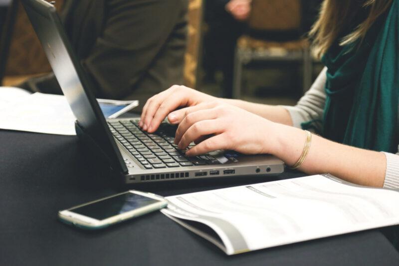 Новыми обучающими онлайн-курсами пригласил воспользоваться педагогов Антон Молев