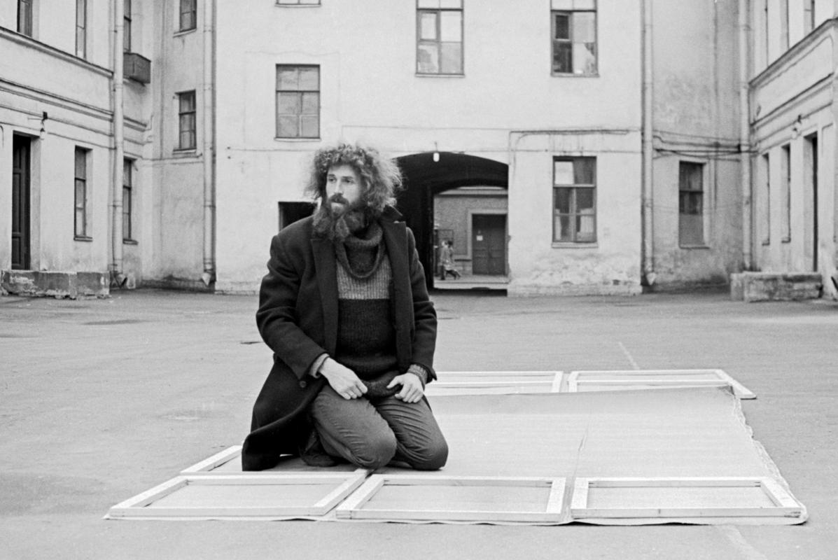 Евгений Рухин во дворе дома, где располагалась его мастерская. Ленинград