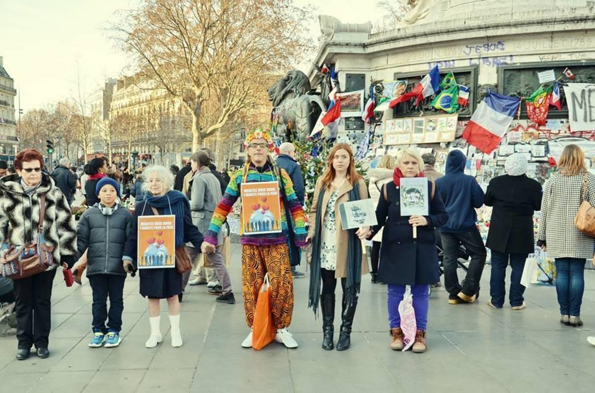 Светлана Песецкая на уличной акции в Париже