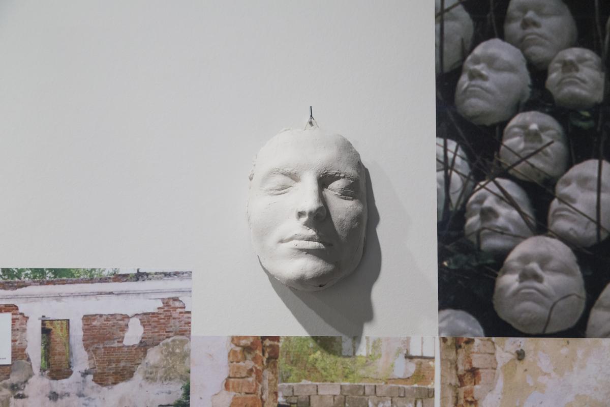 Документация выставки «Опыт создания мифа» группы «Зер Гут» на выставке Владимира Селезнёва «Иногда кратчайший путь— самый длинный»