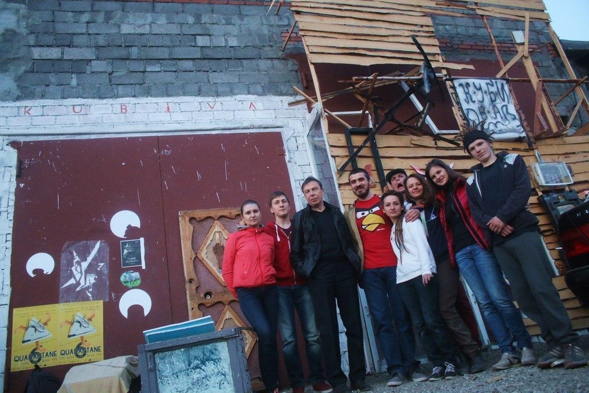 Участники группы ЖКП и Леонид Тишков около галереи «Кубива»