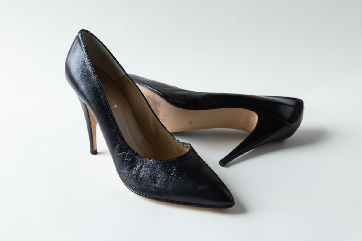 Пара чёрных кожаных туфель от Lingeries Folies