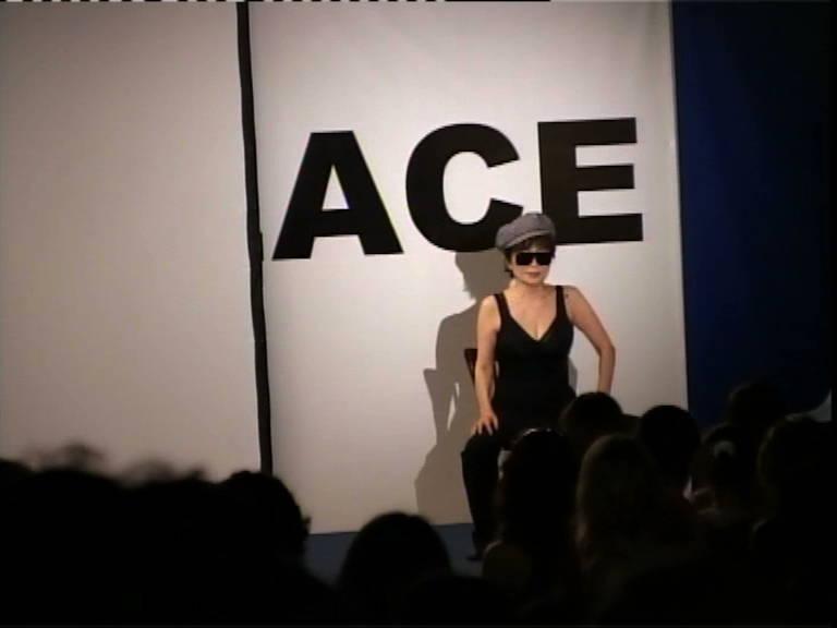 Йоко Оно. Перформанс во время открытия выставки «Одиссея таракана»