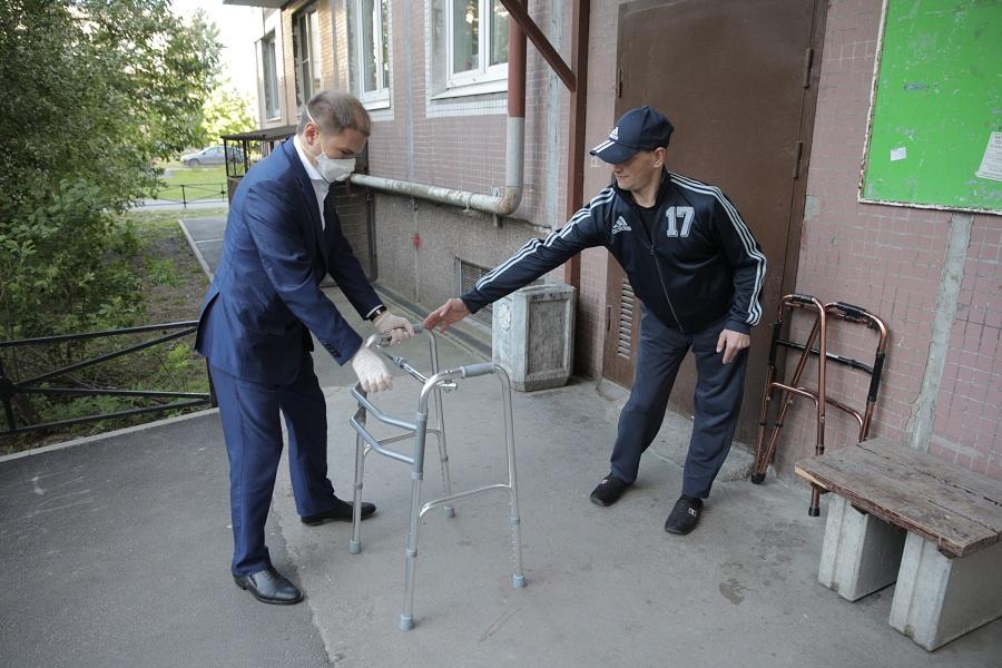 Михаил Романов передал инвалиду из Фрунзенского района современные ходунки