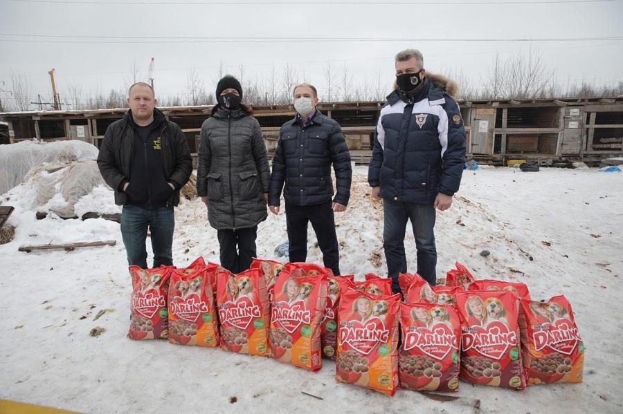Михаил Романов передал пострадавшему от пожара приюту для бездомных животных «Мурка и барбос» 200 кг корма