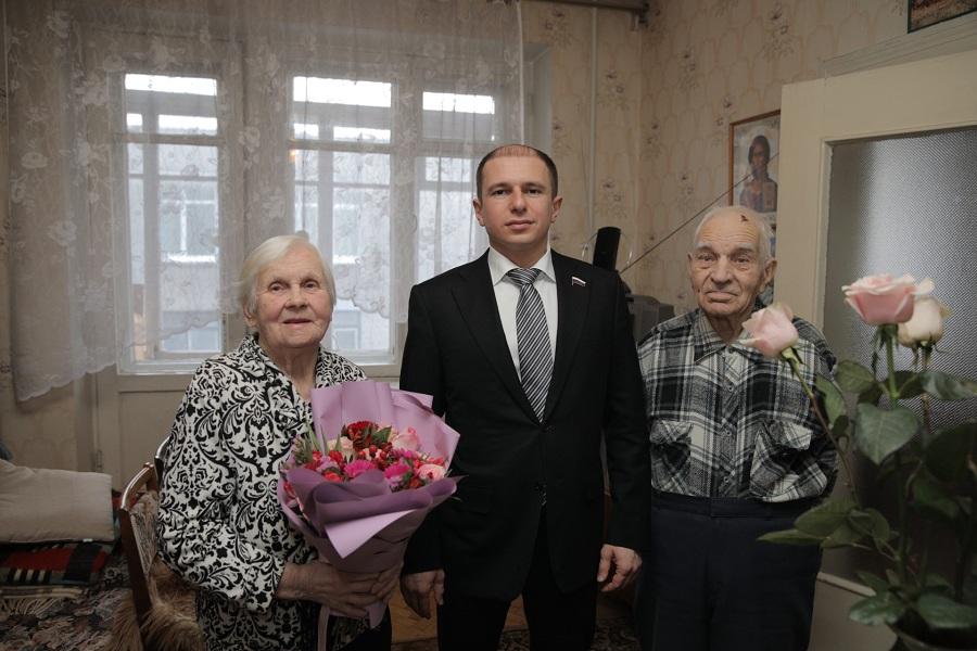 Михаил Романов поздравил с 95-летием жительницу Фрунзенского района