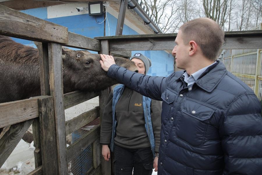 Михаил Романов передал корма для питомцев центра диких животных «Велес»