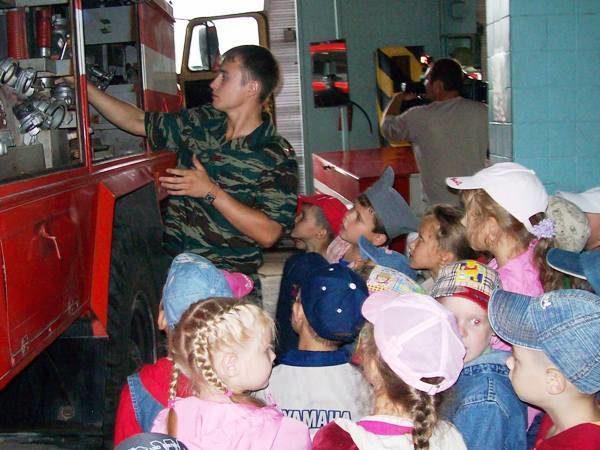 Огнеборцы ПЧ №11 Тольятти устроили экскурсию по пожарному депо воспитанникам детского сада №198 «Вишенка»