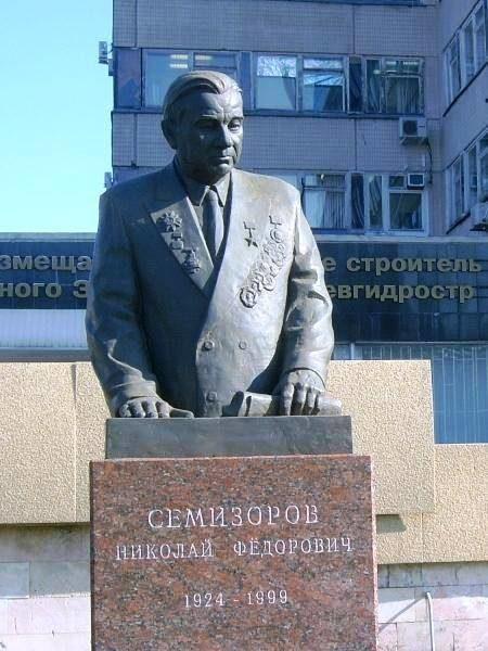 Памятник Семизорову Н.Ф.