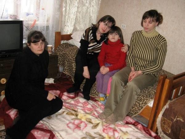 Евгения (слева) иее соседи покойко-месту