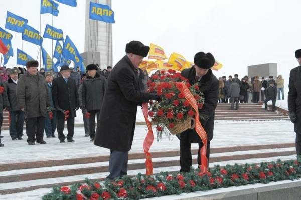 В честь Дня защитника Отечества Владимир Артяков возложил цветы кВечному огню